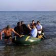 Kos (Grecia), migranti arrivano sulle spiagge dei turisti che prendono il sole2