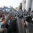 Ucraina, assalto a Parlamento contro autonomia filorussi 9