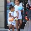 Kim Kardashian incinta, a passeggio con Kourtney e i cuginetti North e Mason7