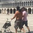 Venezia, bagno nudo nel Canal Grande, turisti senza maglietta a San Marco 9