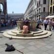 Venezia, bagno nudo nel Canal Grande, turisti senza maglietta a San Marco 4