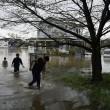 Giappone, si rifugiano su tetti: alluvione porta via case5