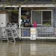 Giappone, si rifugiano su tetti: alluvione porta via case4