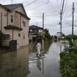 Giappone, si rifugiano su tetti: alluvione porta via case2