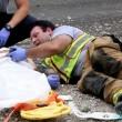 Pompiere tranquillizza bimba col cartoon dopo incidente