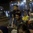 Profughi a piedi, Vienna e Berlino aprono Ungheria offre bus2