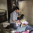 Casa di Aylan: muro bombardato, divano rappezzato, macerie 5