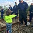 Bimba siriana offre dolce a poliziotto ungherese: la FOTO 2