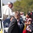 Papa Francesco, bimba sfida security per chiedergli...FOTO 2