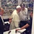 """Papa Francesco da ottico fuori Vaticano: """"Mi faccia pagare"""" 3"""