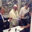 """papa5Papa Francesco da ottico fuori Vaticano: """"Mi faccia pagare"""" 7"""