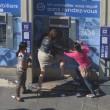Parigi, preleva soldi a bancomat: rom la assalgono FOTO