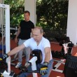 Putin in posa con tuta italiana da 2.500 euro. E l'embargo?