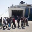 Atene, migranti siriani arrivano al Pireo 4