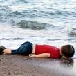 Aylan Kurdi, foto commuove mondo. Ma c'è chi crede sia falsa