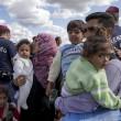 Ungheria, migranti sfondano confine. Muro non finito, via il ministro