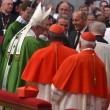 Cardinale cade, Papa cerca di sorreggerlo ma...non ce la fa 2