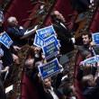 Ban Ki Moon alla Camera, cartelli Forza Italia Marò liberi2