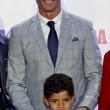 Cristiano Ronaldo ritira scarpa d'oro, il figlio... 5