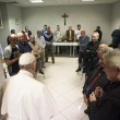 Papa Francesco visita dormitorio clochard vicino a Vaticano 2