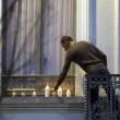 Salah e Brahim, fratello accende candele per vittime Parigi3
