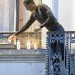 Salah e Brahim, fratello accende candele per vittime Parigi5