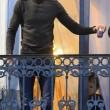 Salah e Brahim, fratello accende candele per vittime Parigi6