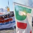 Corteo scuola, a Torino bruciata bandiera Pd3
