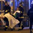 Un momento dei soccorsi ai feriti di Parigi