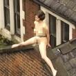 Donna nuda su un tetto a Londra. Ma è per... FOTO