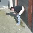 Pipì in strada e sigaretta. Google Street View la fotografa03