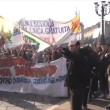 Corteo scuola, a Torino bruciata bandiera Pd5