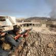 I combattenti curdi assediano i miliziani dell'Isis (foto Lapresse)