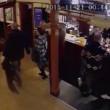 Gestore pub colpisce con un pugno in testa cliente4