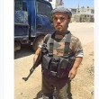 FOTO Il nano Isis in posa col mitra: è alto il doppio di lui02