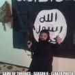 FOTO Il nano Isis in posa col mitra: è alto il doppio di lui03