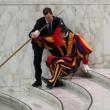 Vaticano, guardia svizzera scivola per un lieve malore2