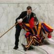 Vaticano, guardia svizzera scivola per un lieve malore3