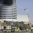 Dubai, selfie davanti all'Adress Downtown Hotel in fiamme6