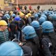 Ilva, la poliziotta che si toglie casco e calma la rabbia5