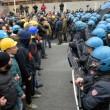 Ilva, la poliziotta che si toglie casco e calma la rabbia6