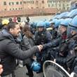 Ilva, la poliziotta che si toglie casco e calma la rabbia8