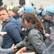 Ilva, la poliziotta che si toglie casco e calma la rabbia