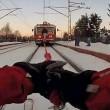 Treno traina ragazzo con ai piedi gli sci 5