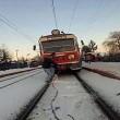Treno traina ragazzo con ai piedi gli sci 4