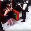 Brasile, guardia giurata si appoggia a bancomat