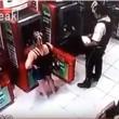 Brasile, guardia giurata si appoggia a bancomat 3