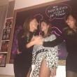 """Belen Rodriguez scatenata alla festa di compleanno. E i fan su Facebook: """"Ma le mutandine?"""""""