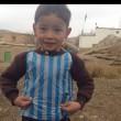 Il bimbo con la maglia di Messi in Afghanistan