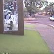 YOUTUBE Bimbo corre contro...vetro della fermata del bus2